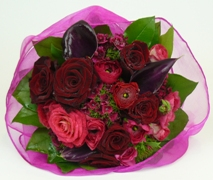 romantic pretty rose posy. free delivery red roses auckland.